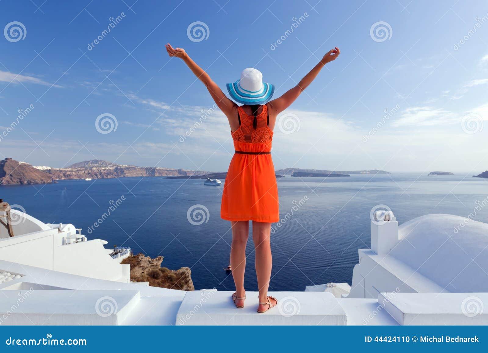 Femme de touristes heureuse sur l île de Santorini, Grèce Voyage