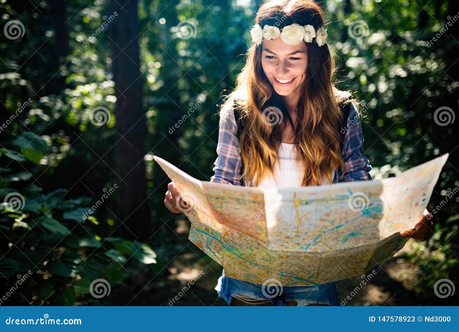 Femme de touristes de hippie avec la carte augmentant, concept d aventure de mode de vie