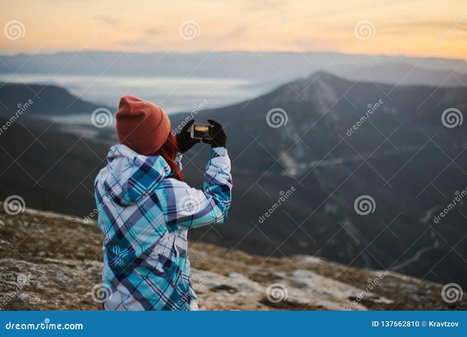 Femme de touristes prenant un tir mobile par le téléphone intelligent Concept mobile de photographie