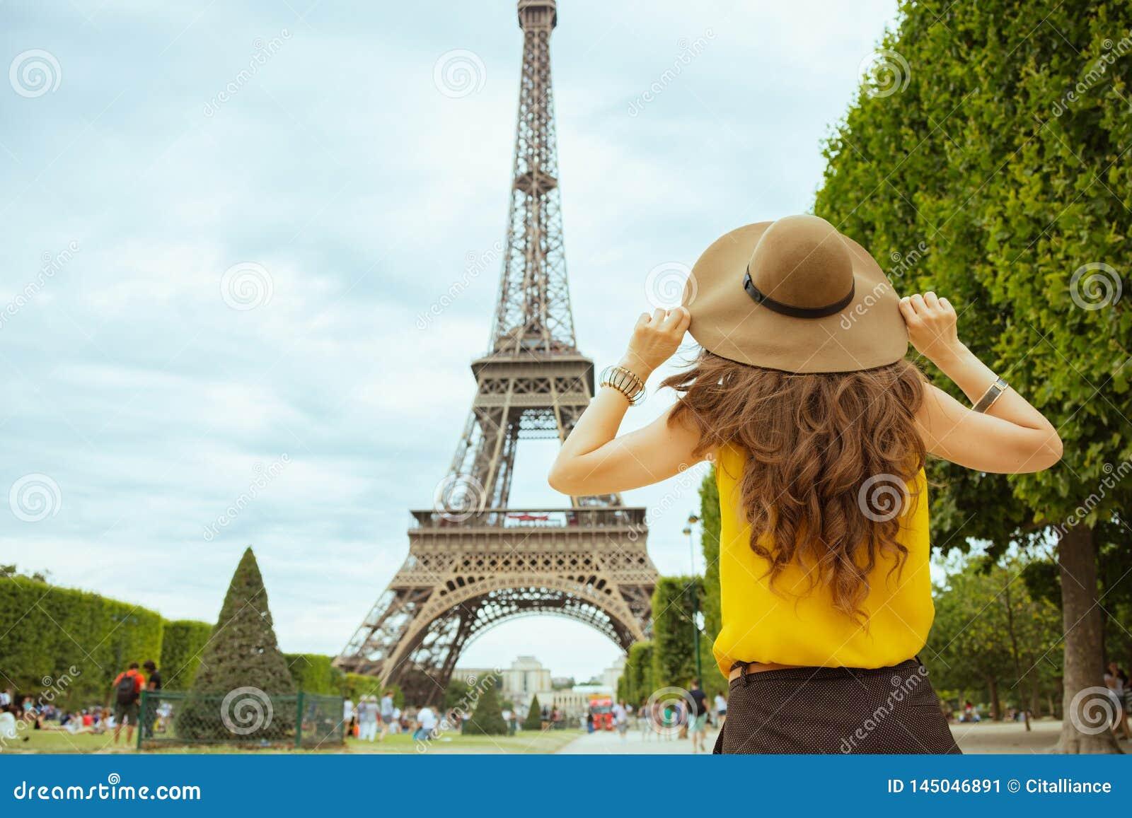 Femme de touristes soloe ?l?gante ? Paris, France visitant le pays