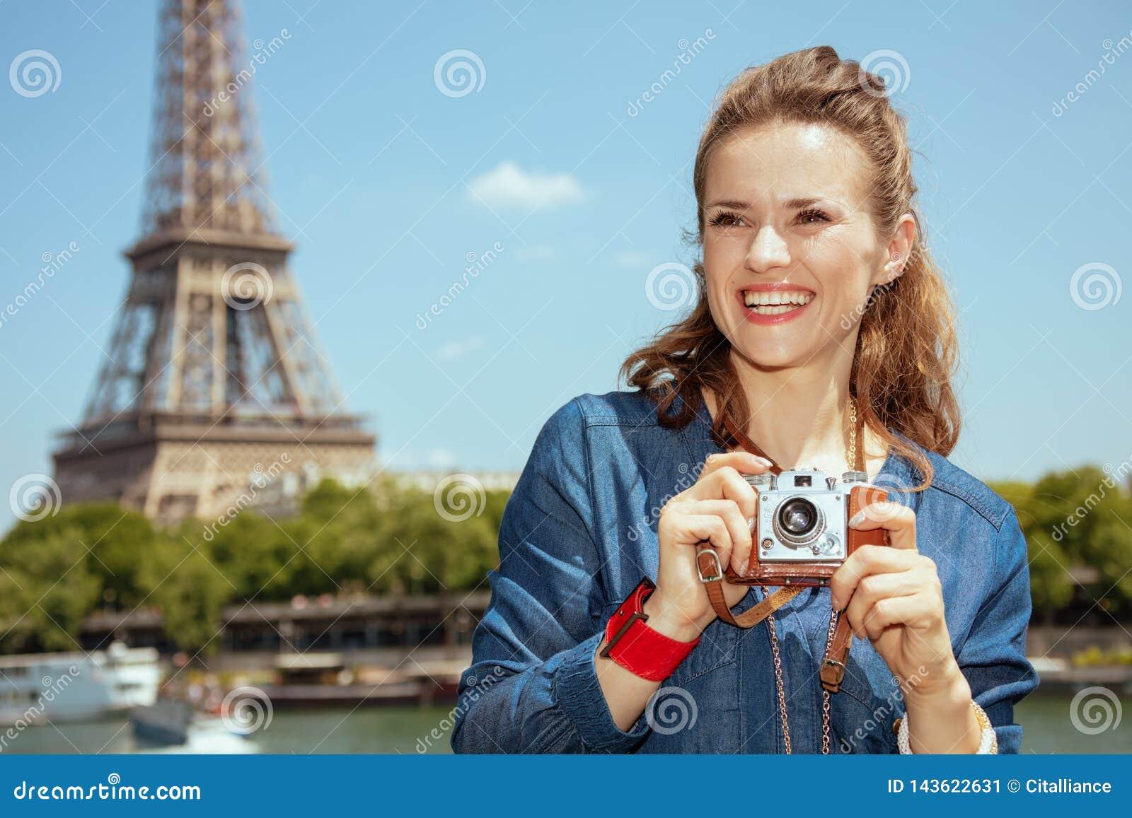 Femme de touristes soloe avec la rétro caméra de photo