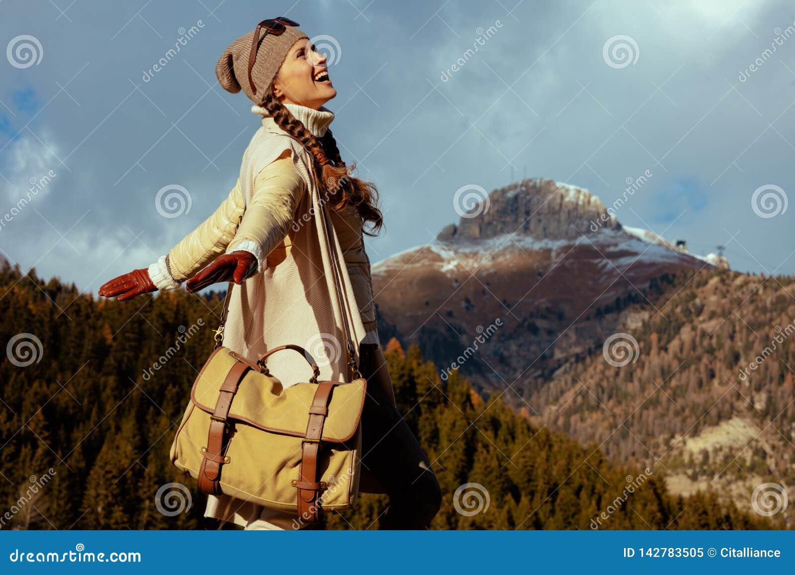Femme de voyageur contre la r?jouissance de paysage de montagne