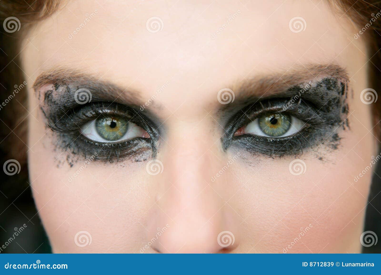 femme de yeux verts ombre d 39 oeil noire de renivellement images libres de droits image 8712839. Black Bedroom Furniture Sets. Home Design Ideas