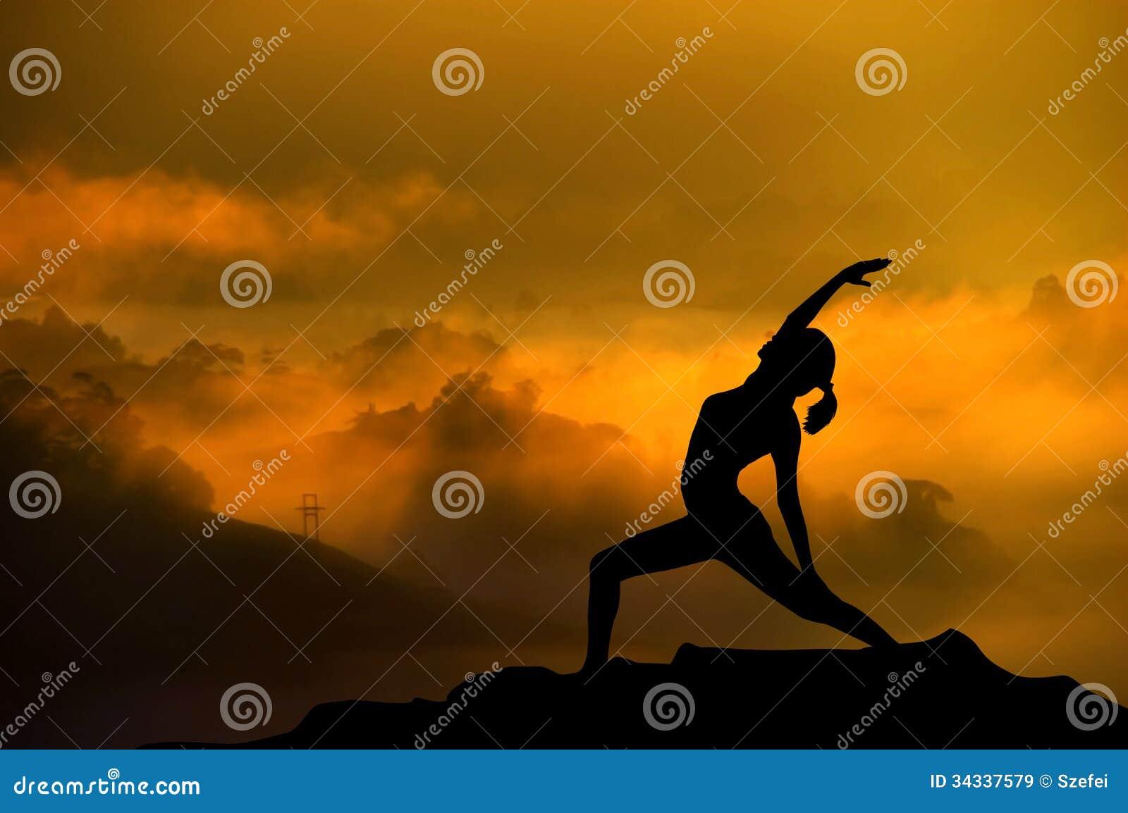 Femme de yoga de silhouette