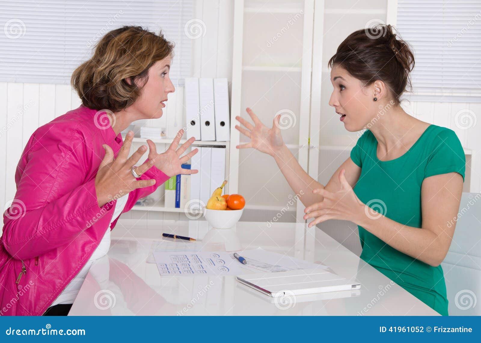 Femme des affaires deux contestant dans le bureau ayant le désaccord