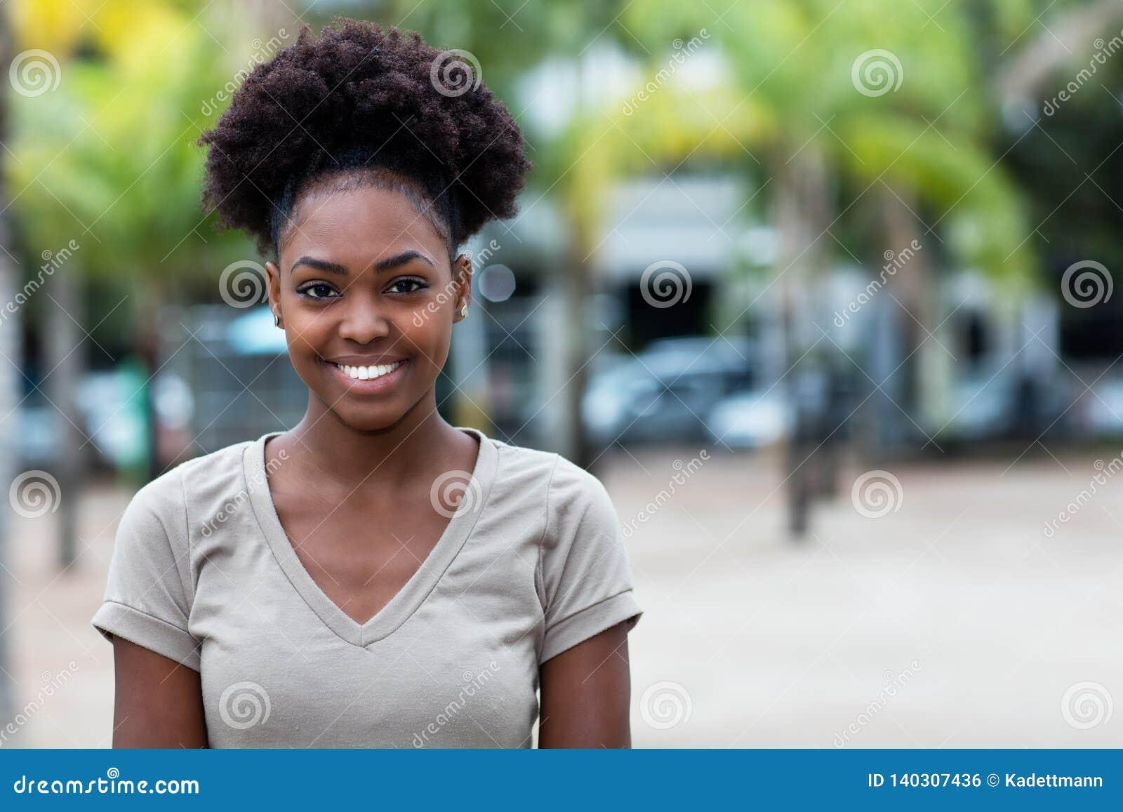 Femme des Caraïbes riante avec les cheveux Afro