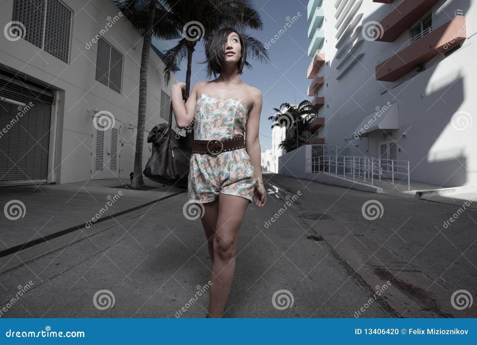 Femme descendant la ruelle