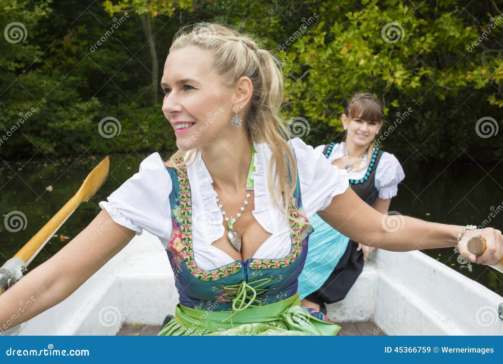 Femme deux dans un bateau à rames