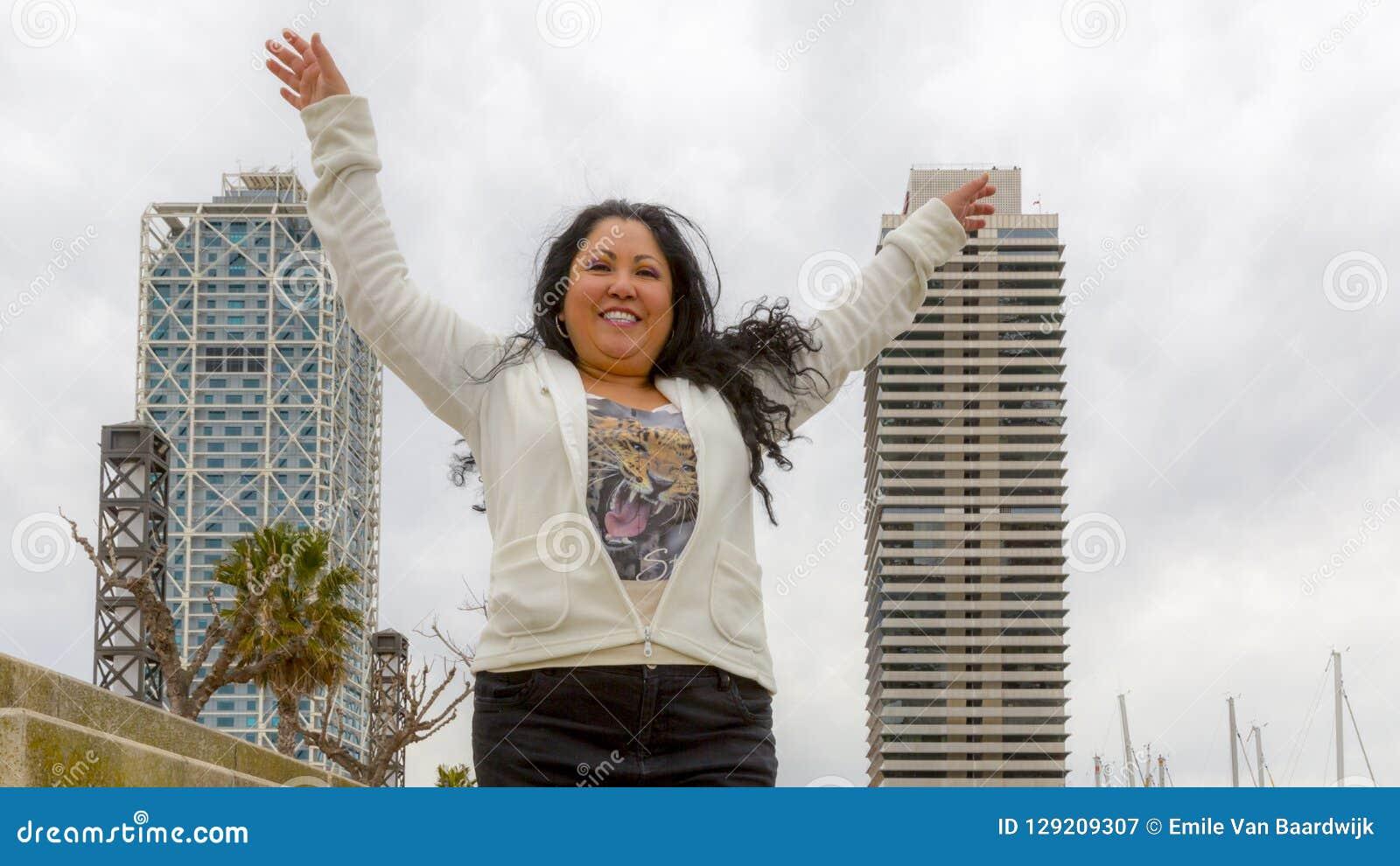 Femme devant deux bâtiments
