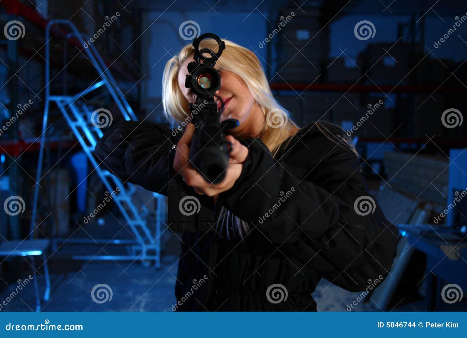 Femme dirigeant le fusil d assaut