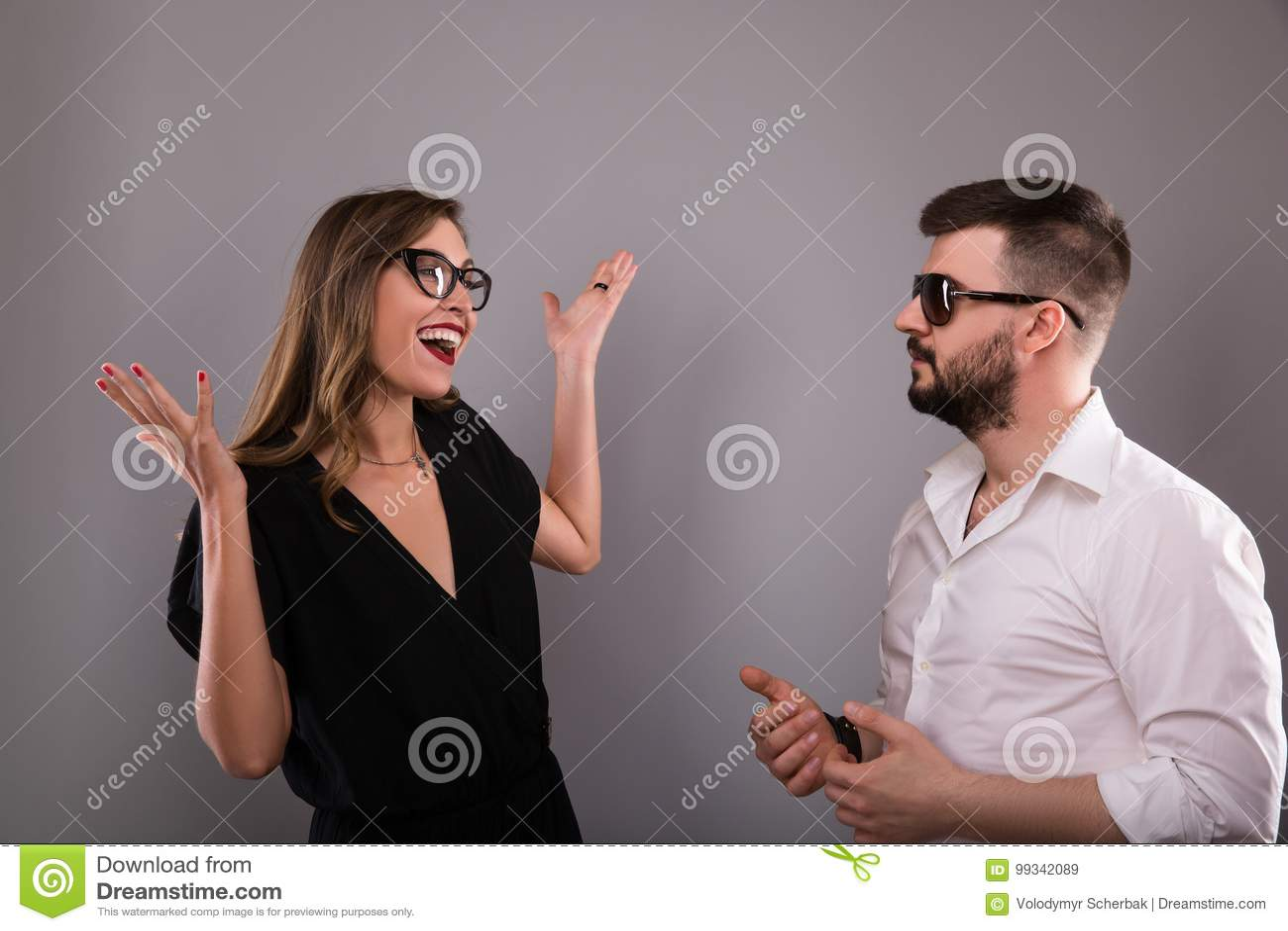 Femme disant avec émotion les actualités joyeuses à un homme