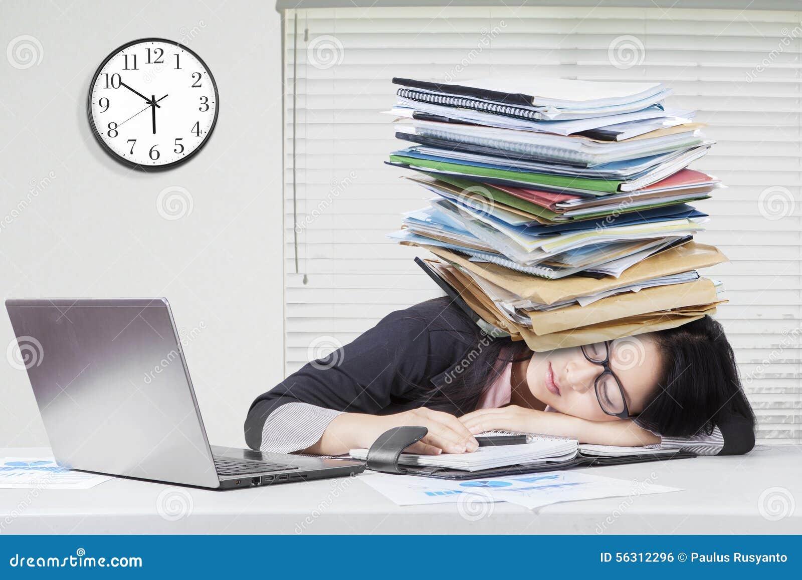 femme dormant dans le bureau avec des critures sur la t te photo stock image 56312296. Black Bedroom Furniture Sets. Home Design Ideas