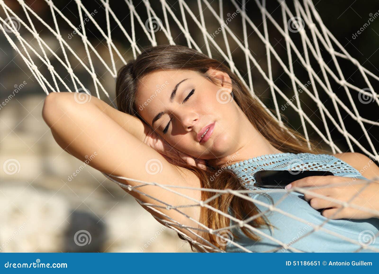 Femme dormant et se reposant sur un hamac