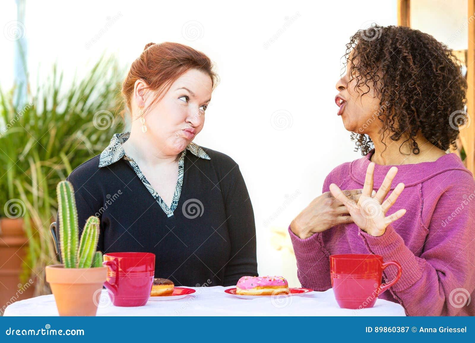 Femme douteuse écoutant l ami