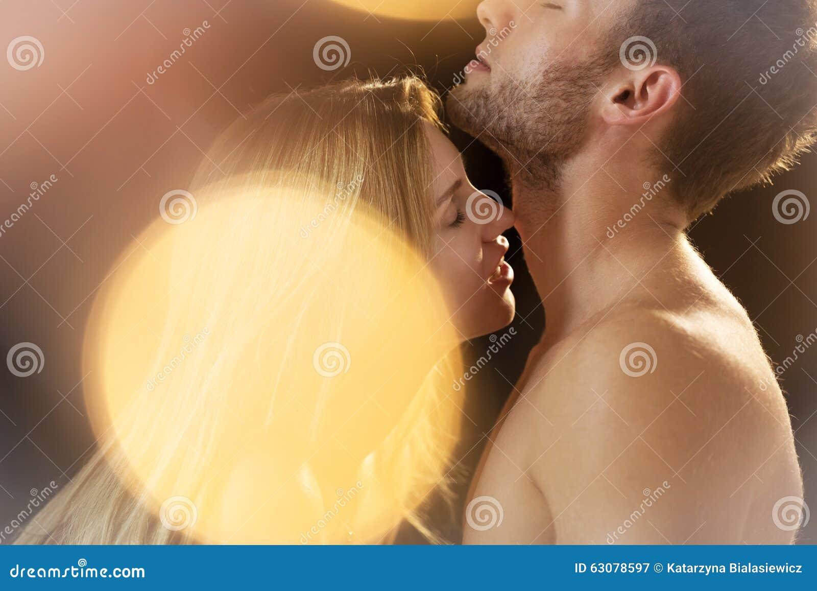 Download Femme Embrassant Des Hommes Passionément Image stock - Image du amour, couples: 63078597