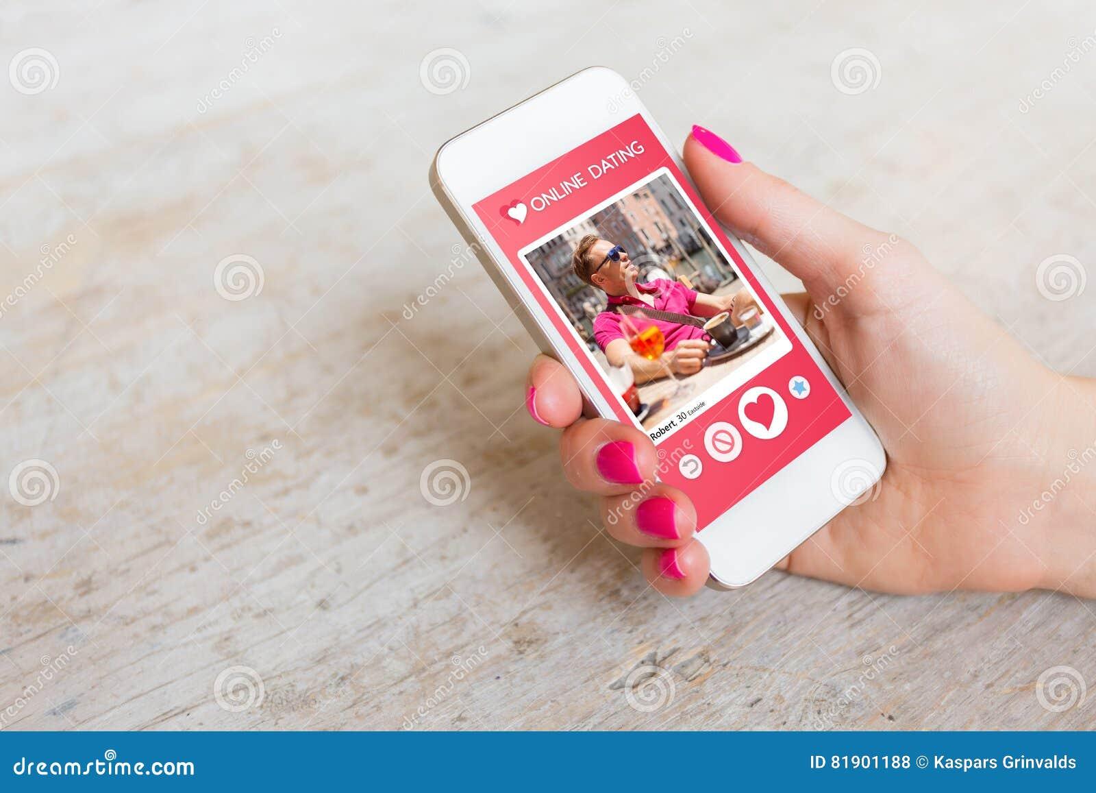 Femme employant l APP datant en ligne au téléphone portable