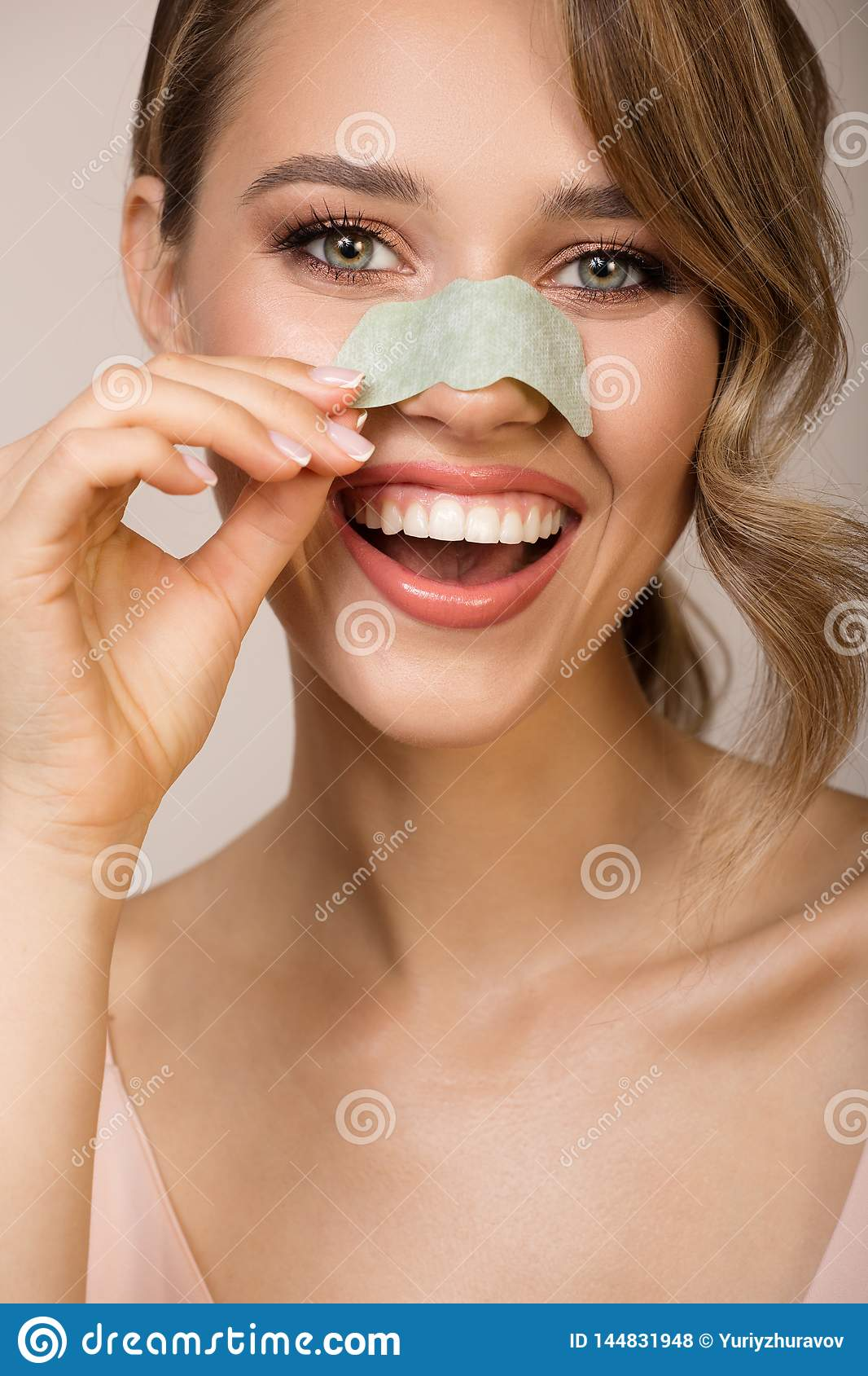 Femme employant le masque d applicateur de nez