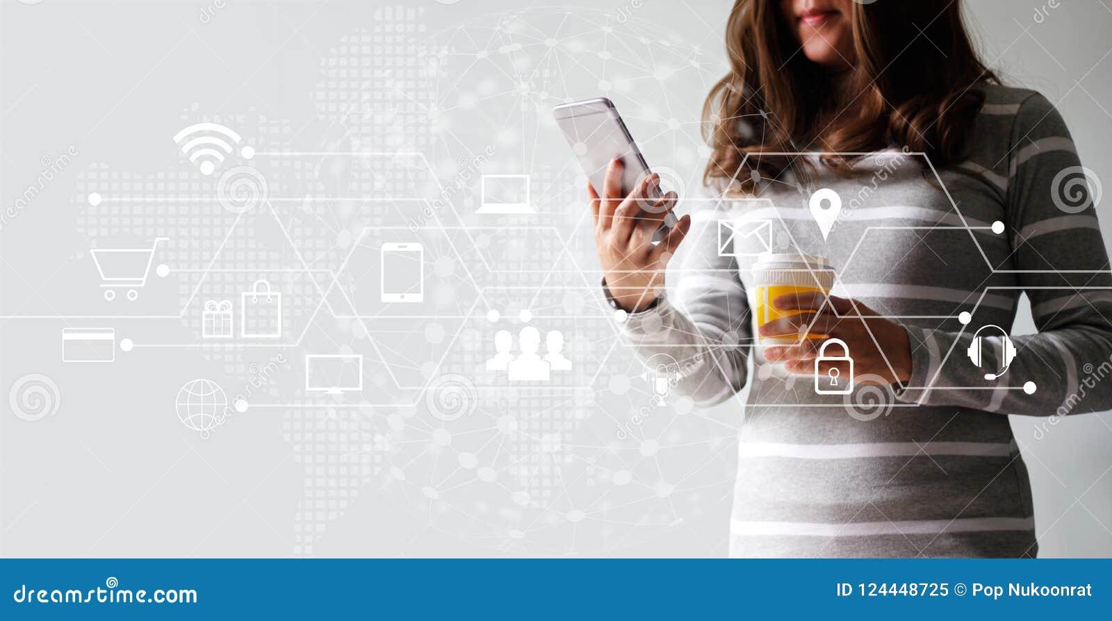 Femme employant les achats de paiements mobiles et la connexion réseau en ligne de client d icône Vente de Digital, m-opérations