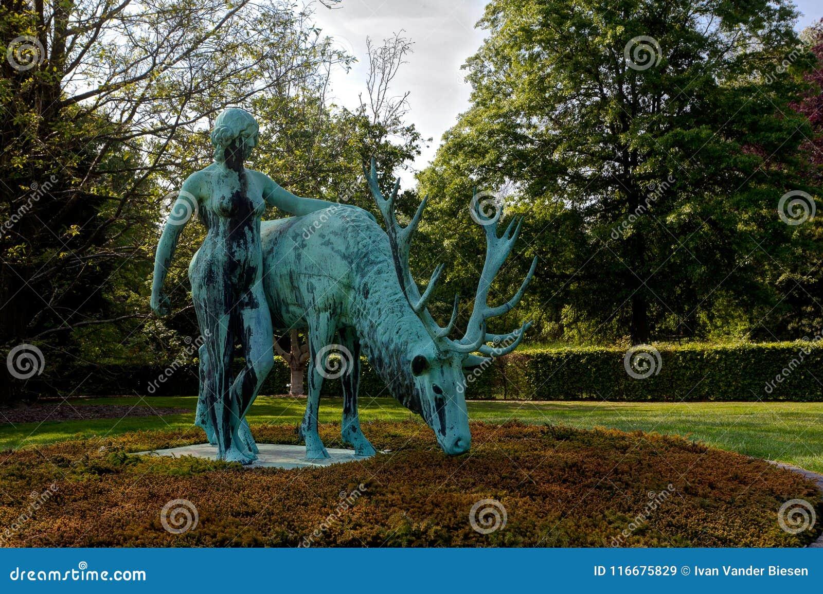 Femme en bronze de cerfs communs de statue, parc d arborétum, Wespelaar, Louvain, Belgique