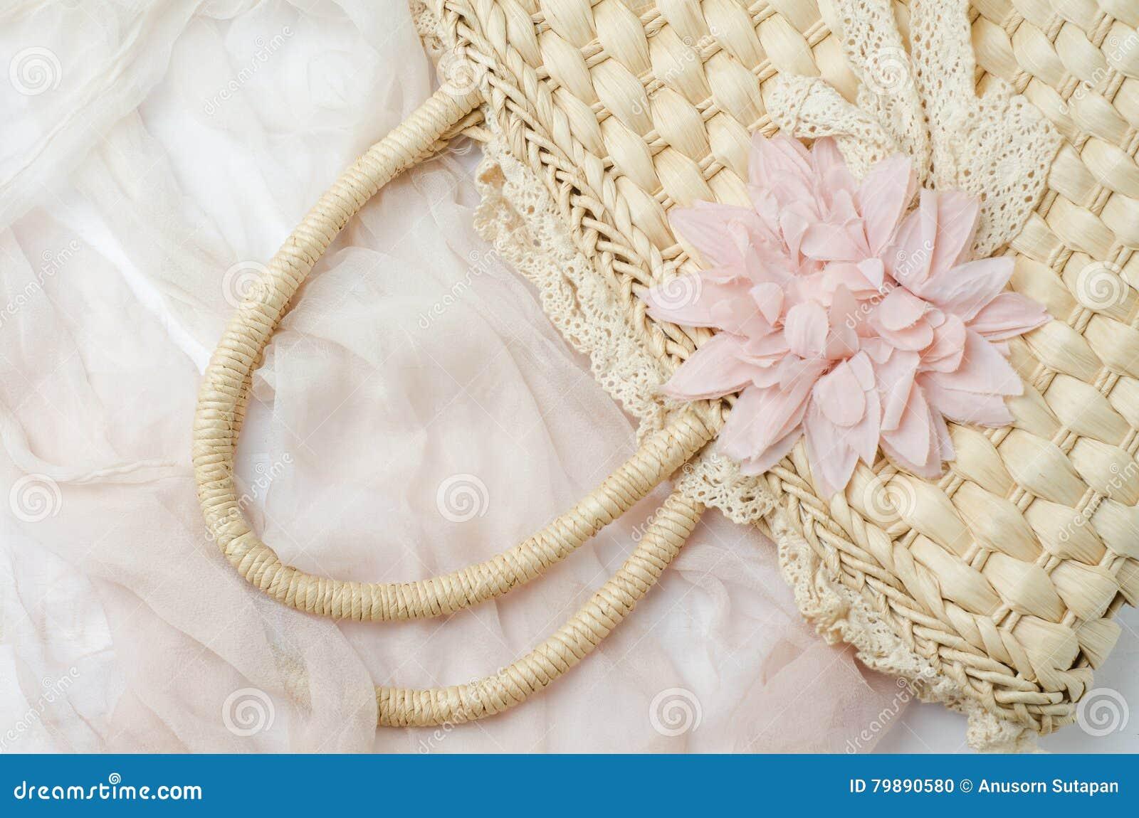 Femme En Osier De Sac D Epaule Avec Le Tissu Rose Sur La Table En