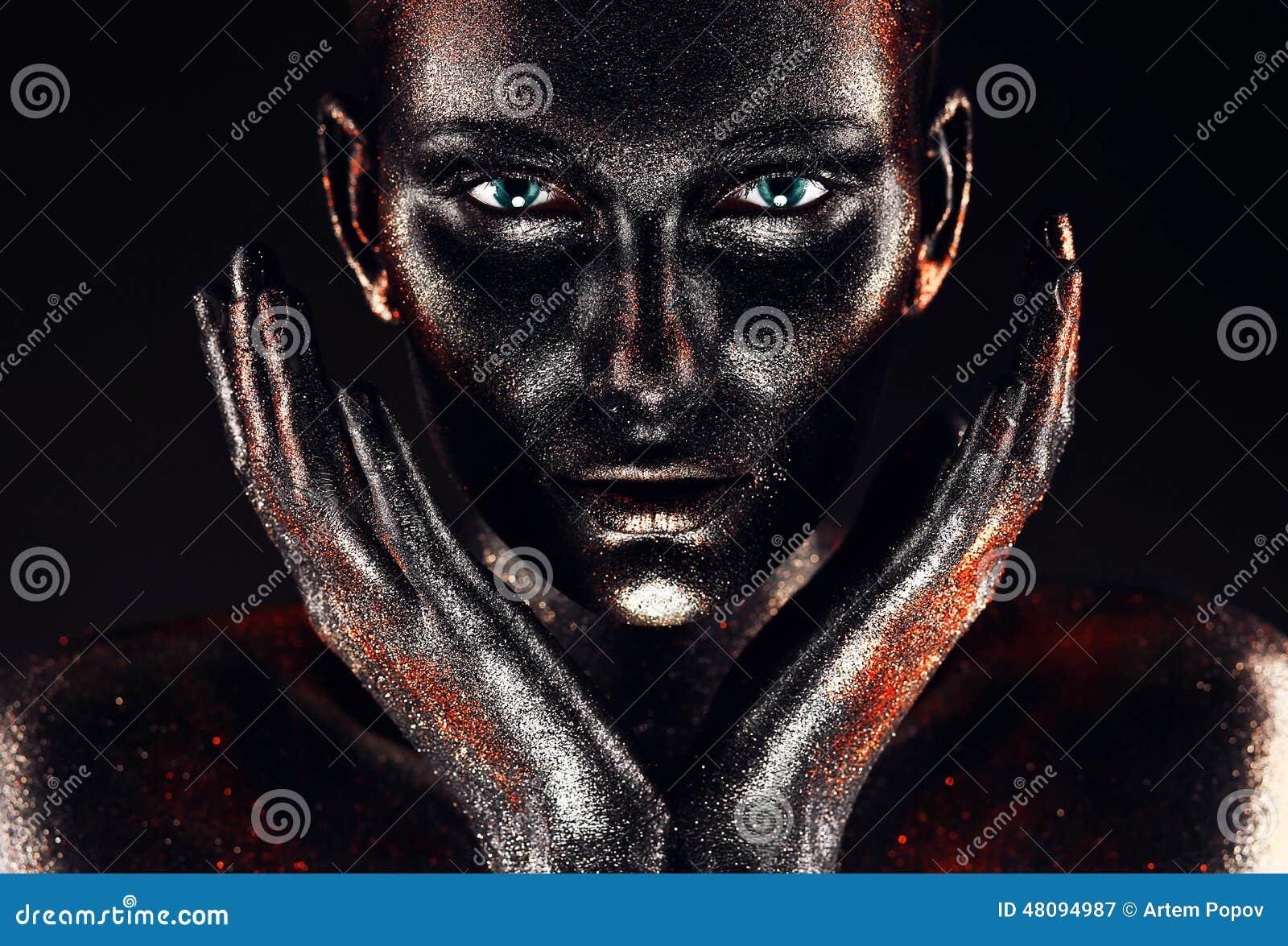 Femme en peinture avec des mains autour de visage