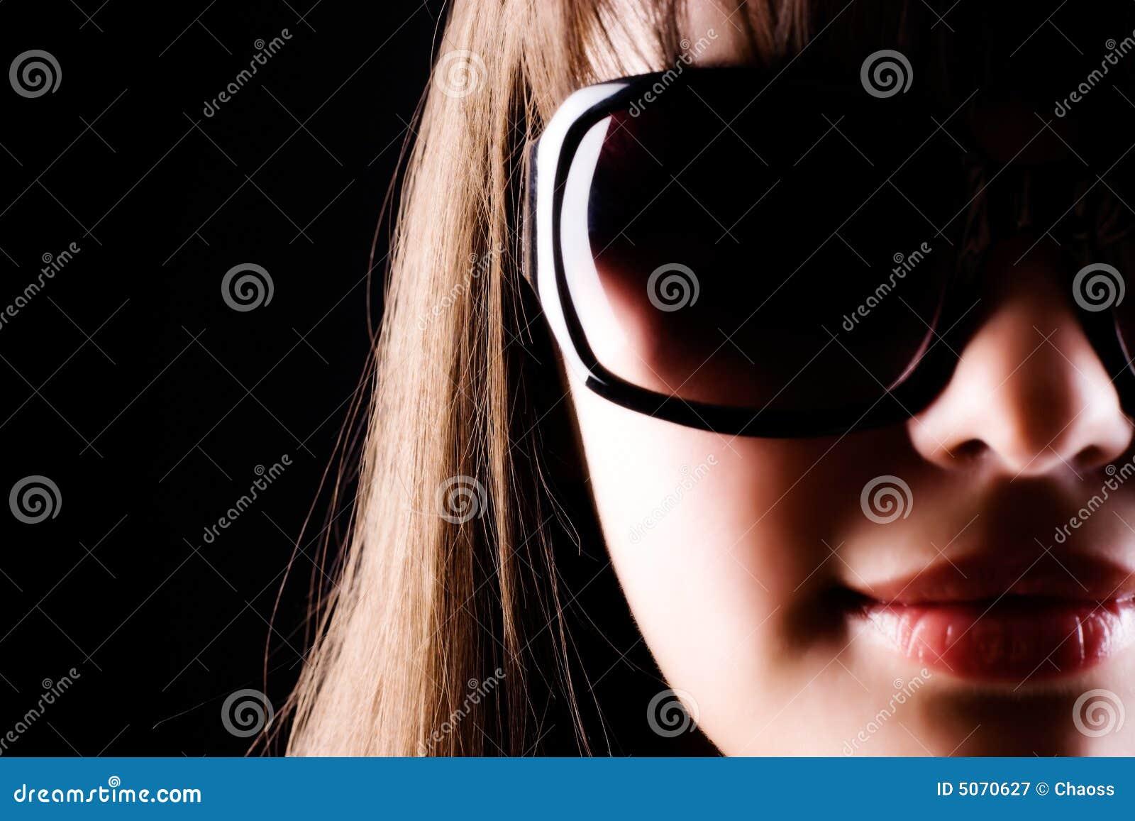 Femme en verticale de lunettes de soleil