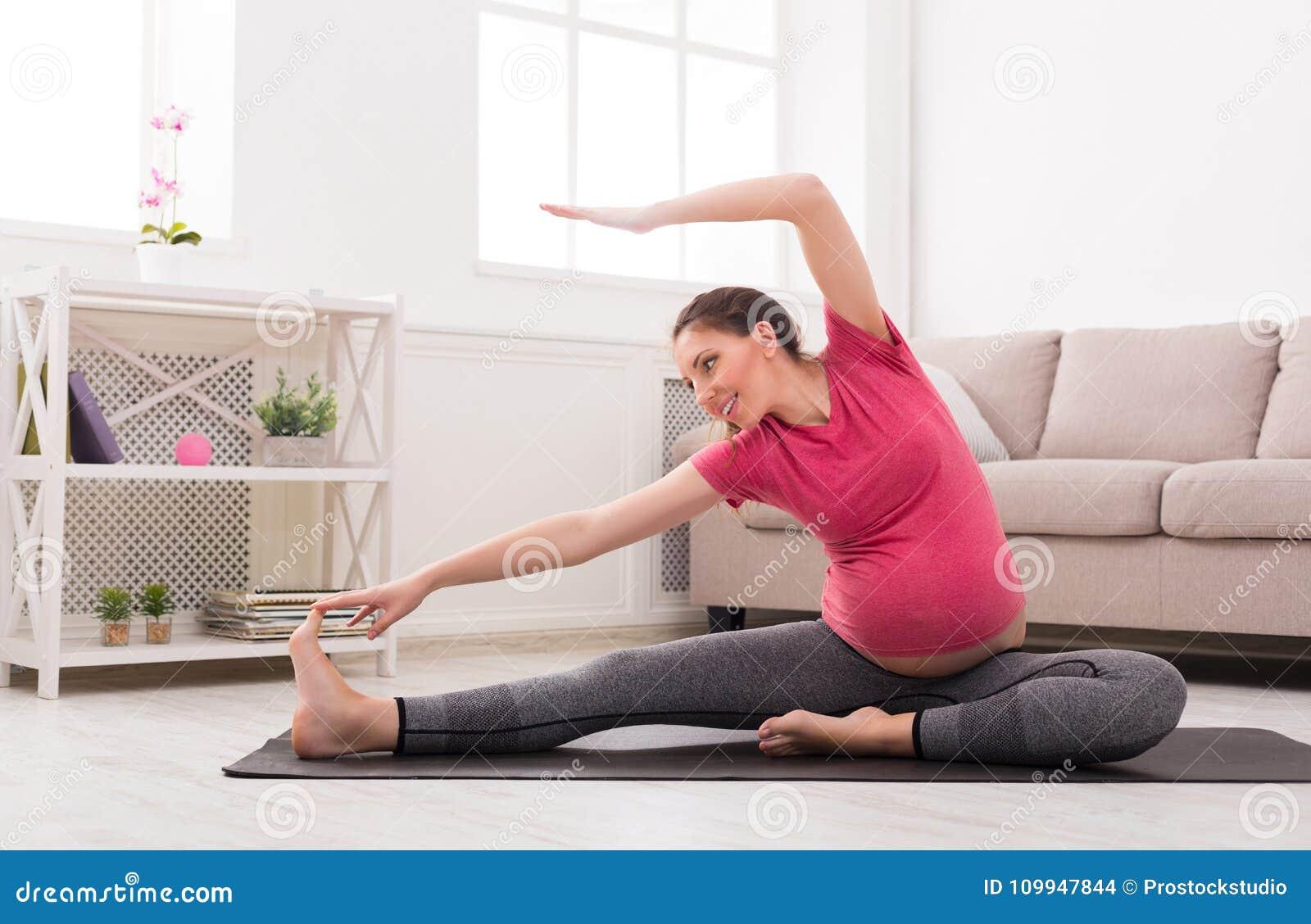 Femme enceinte étirant la formation à l intérieur