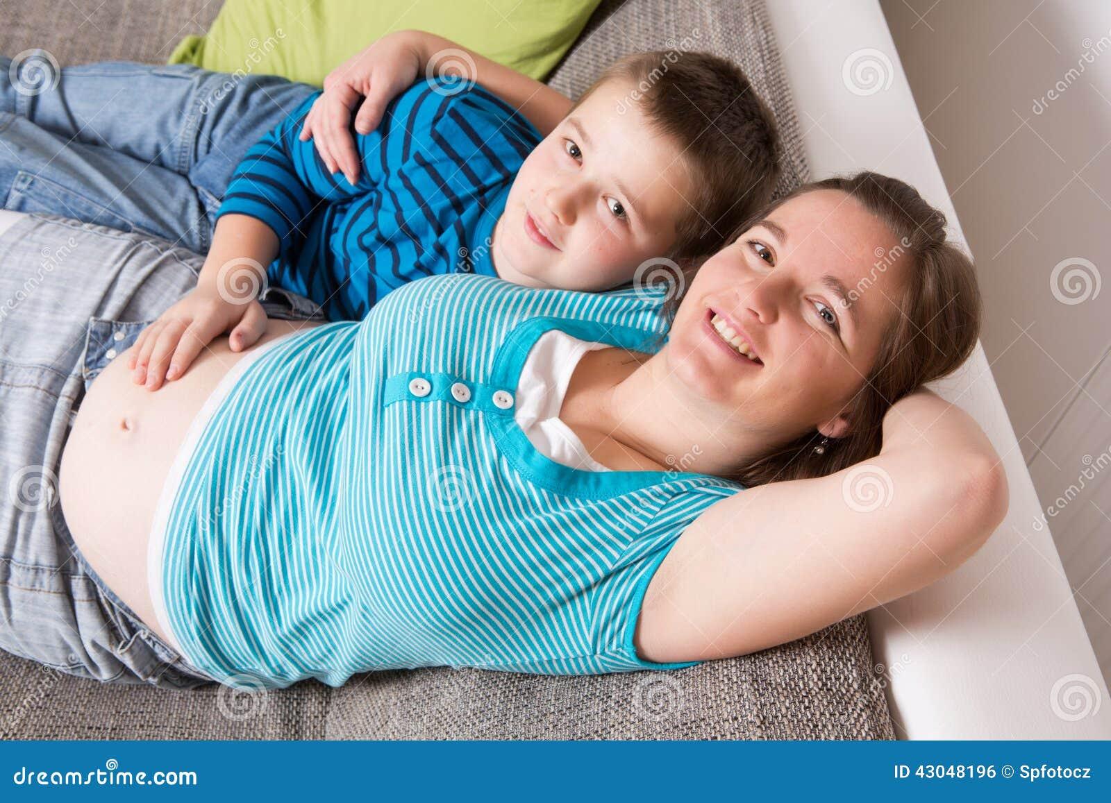 femme enceinte avec son fils photo stock image 43048196. Black Bedroom Furniture Sets. Home Design Ideas