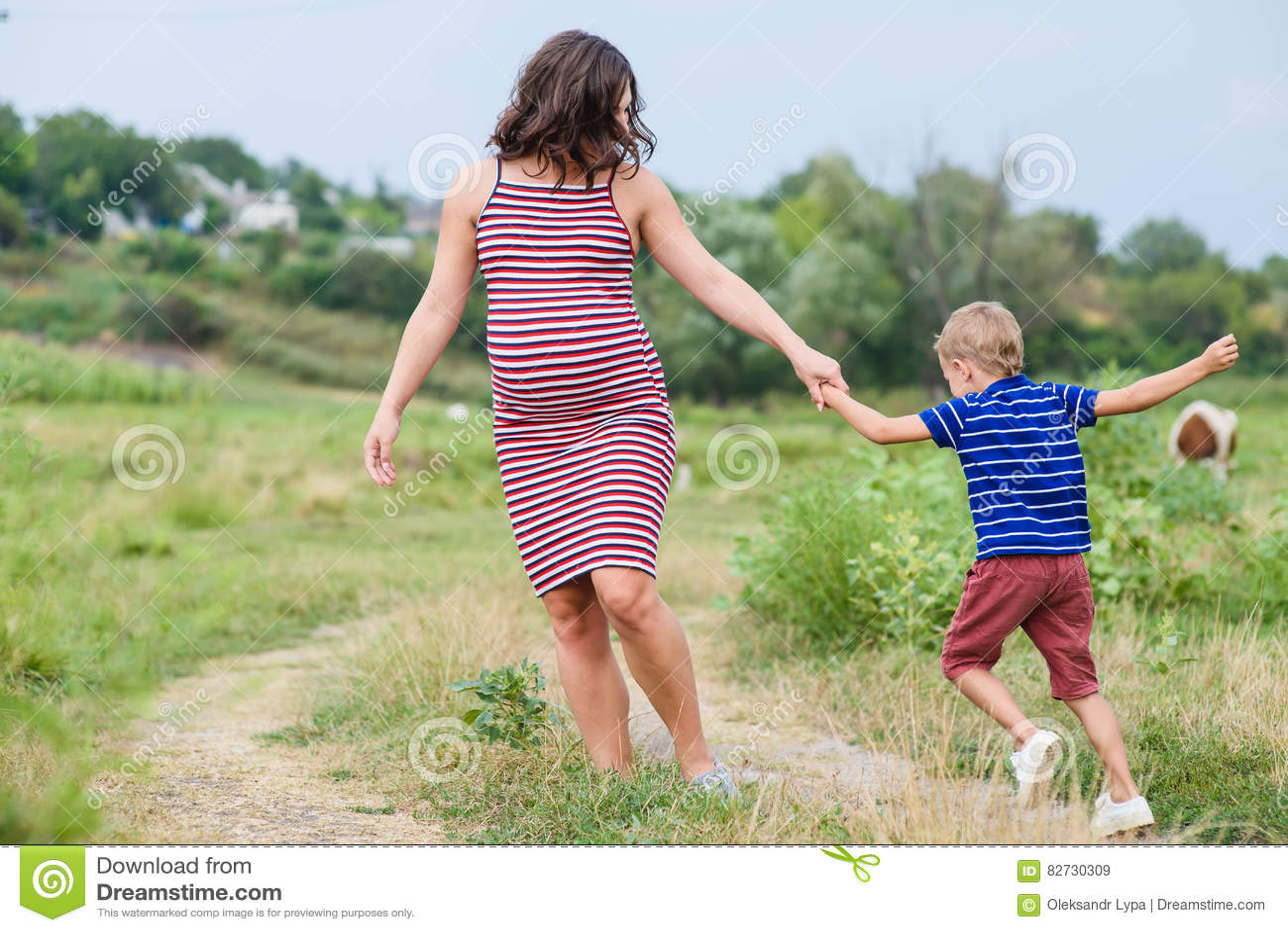 femme enceinte avec son fils photo stock image 82730309. Black Bedroom Furniture Sets. Home Design Ideas