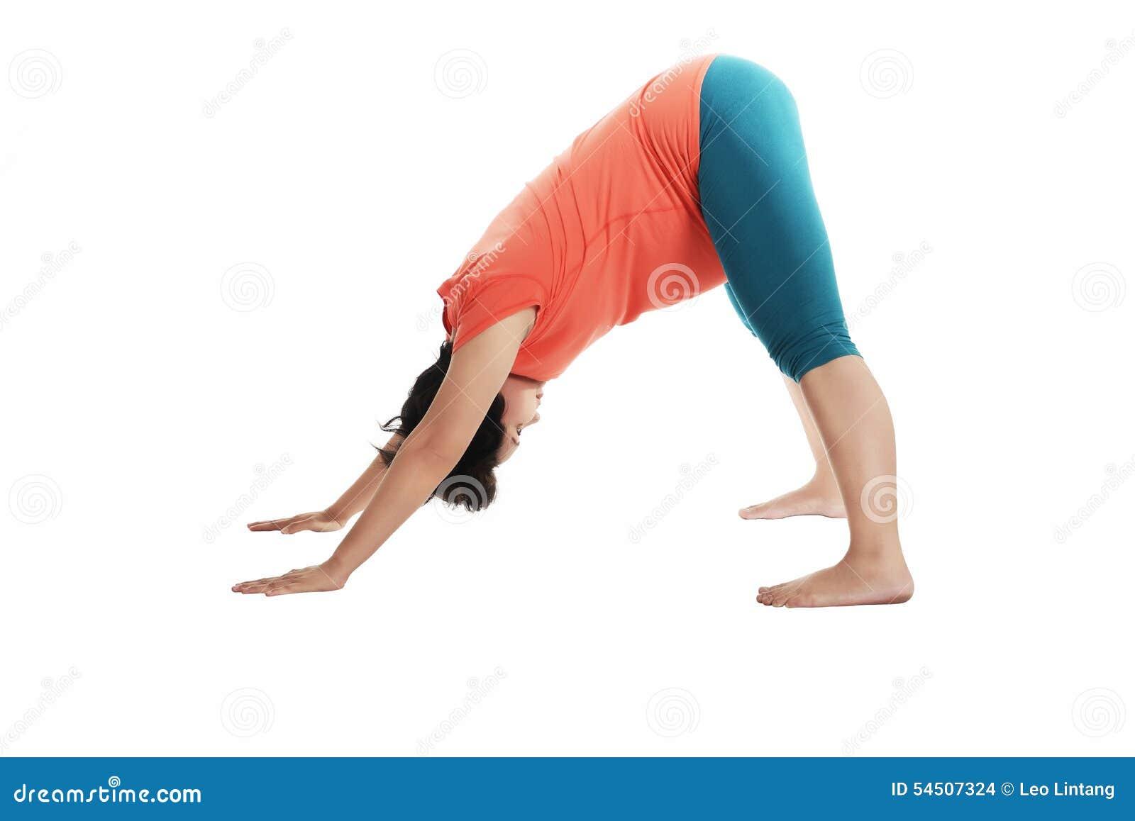 Femme enceinte d Asiatique faisant le yoga