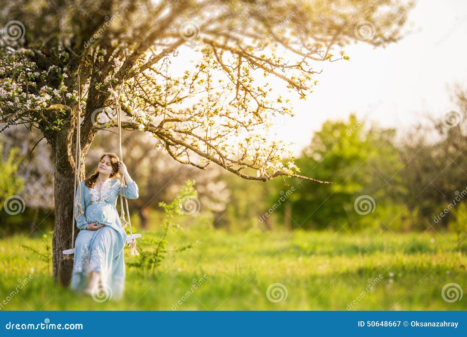 Femme enceinte dans le jardin photo stock image 50648667 for Dans le jardin