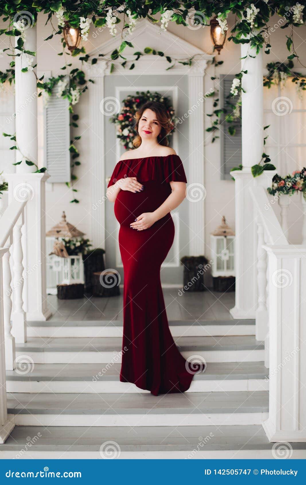 Femme Enceinte De Charme Dans La Robe De Marsala Posant Sur Des Etapes De Maison Image Stock Image Du Robe Charme 142505747