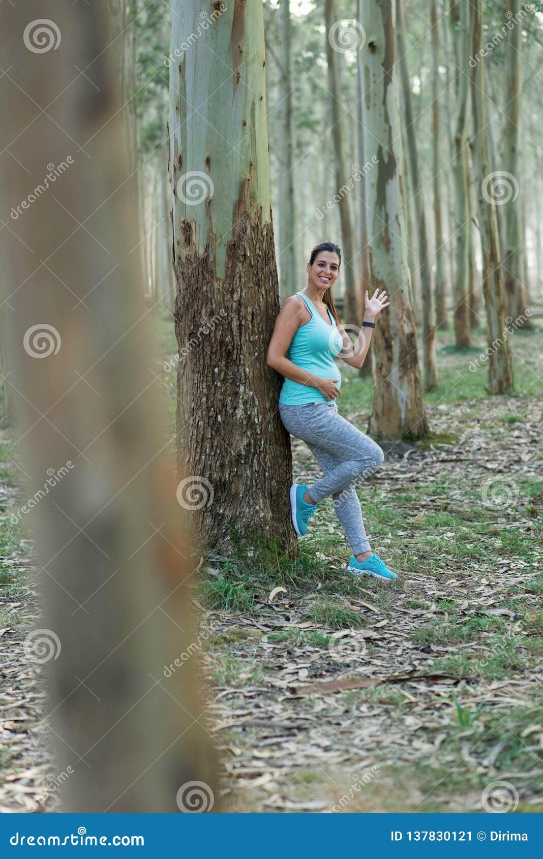 Femme enceinte de forme physique saine prenant un repos et une ondulation de séance d entraînement