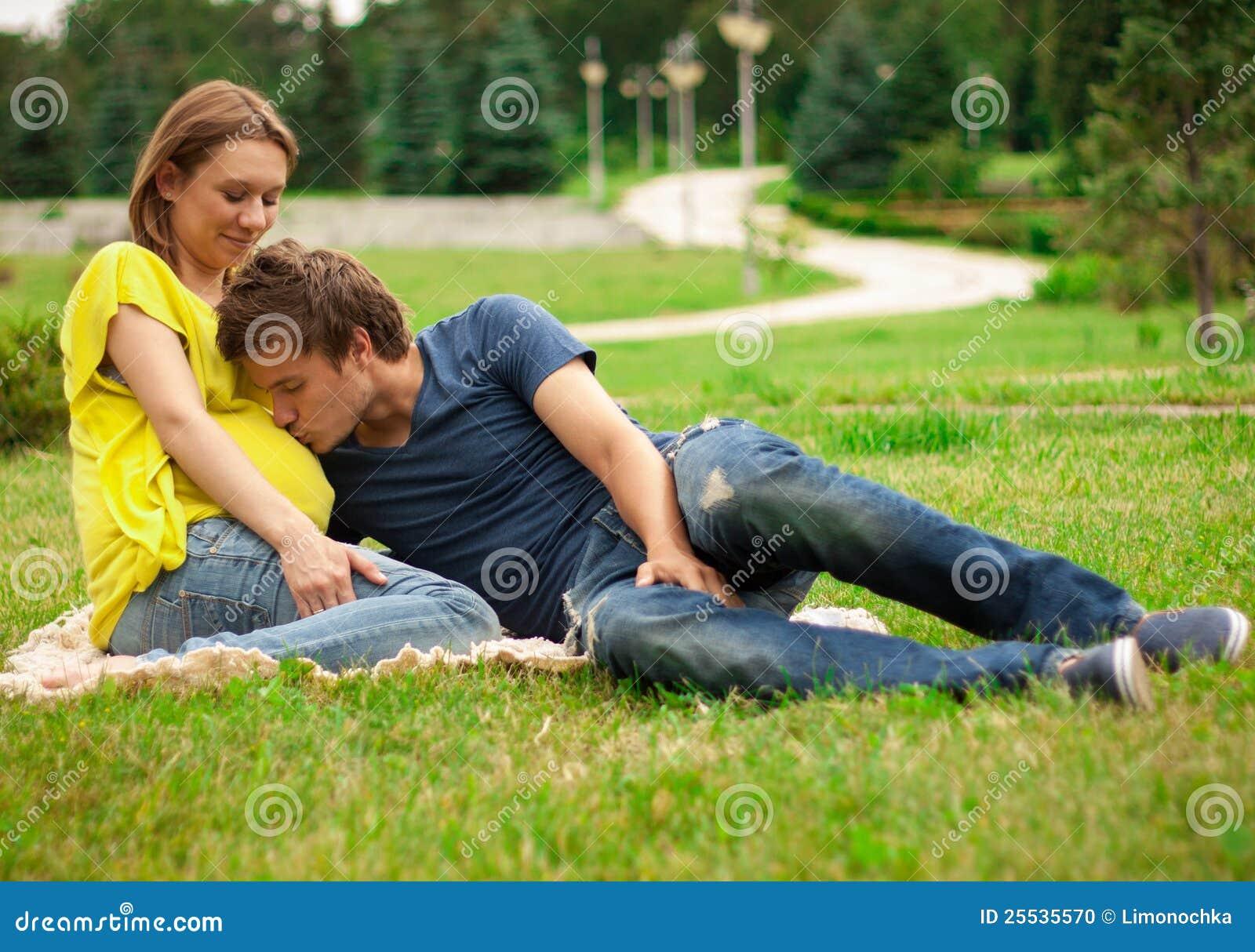 femme enceinte de jeunes avec le jeune homme photo stock image du vert adulte 25535570. Black Bedroom Furniture Sets. Home Design Ideas