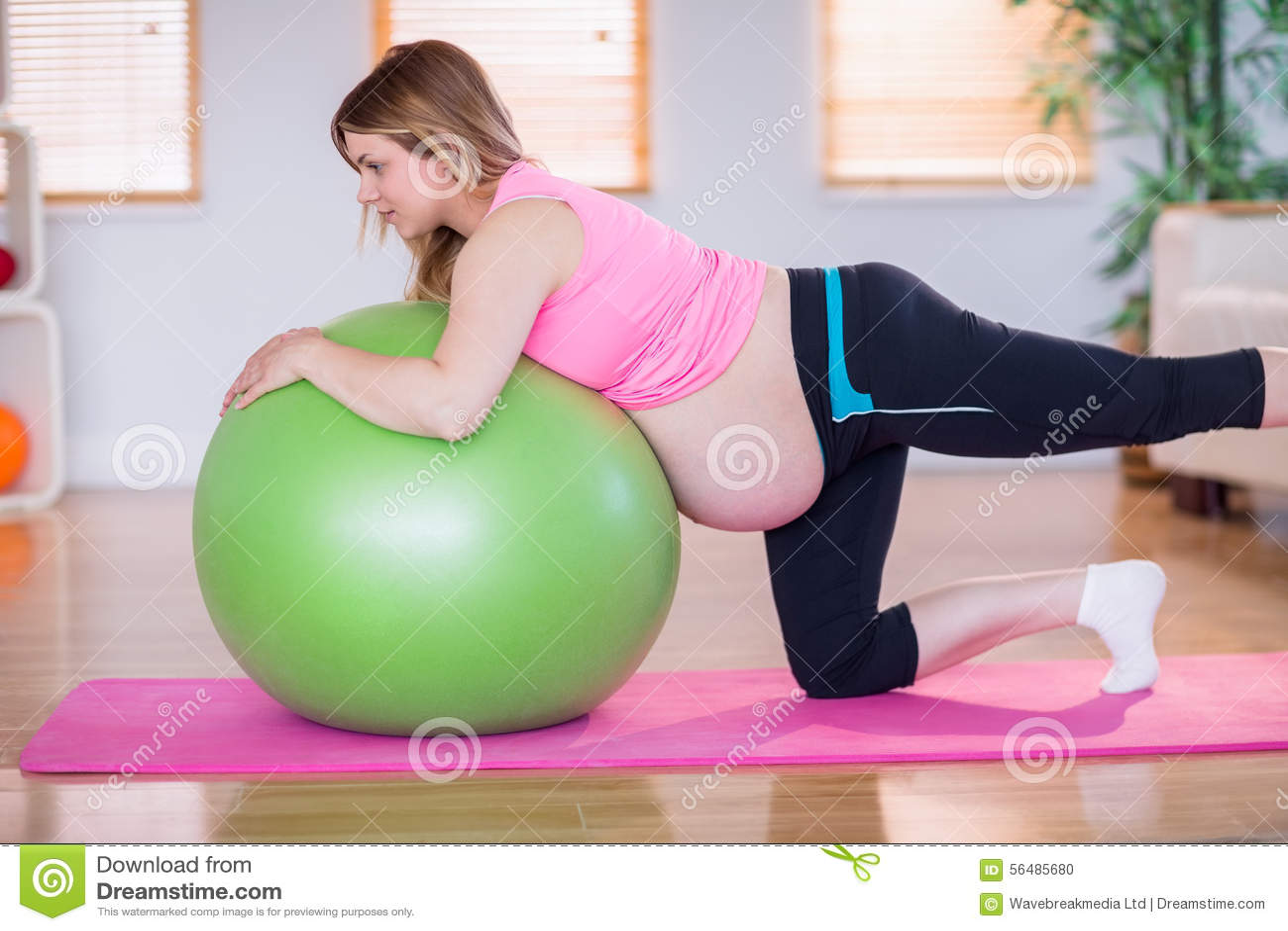 Femme enceinte faisant l exercice avec la boule d exercice