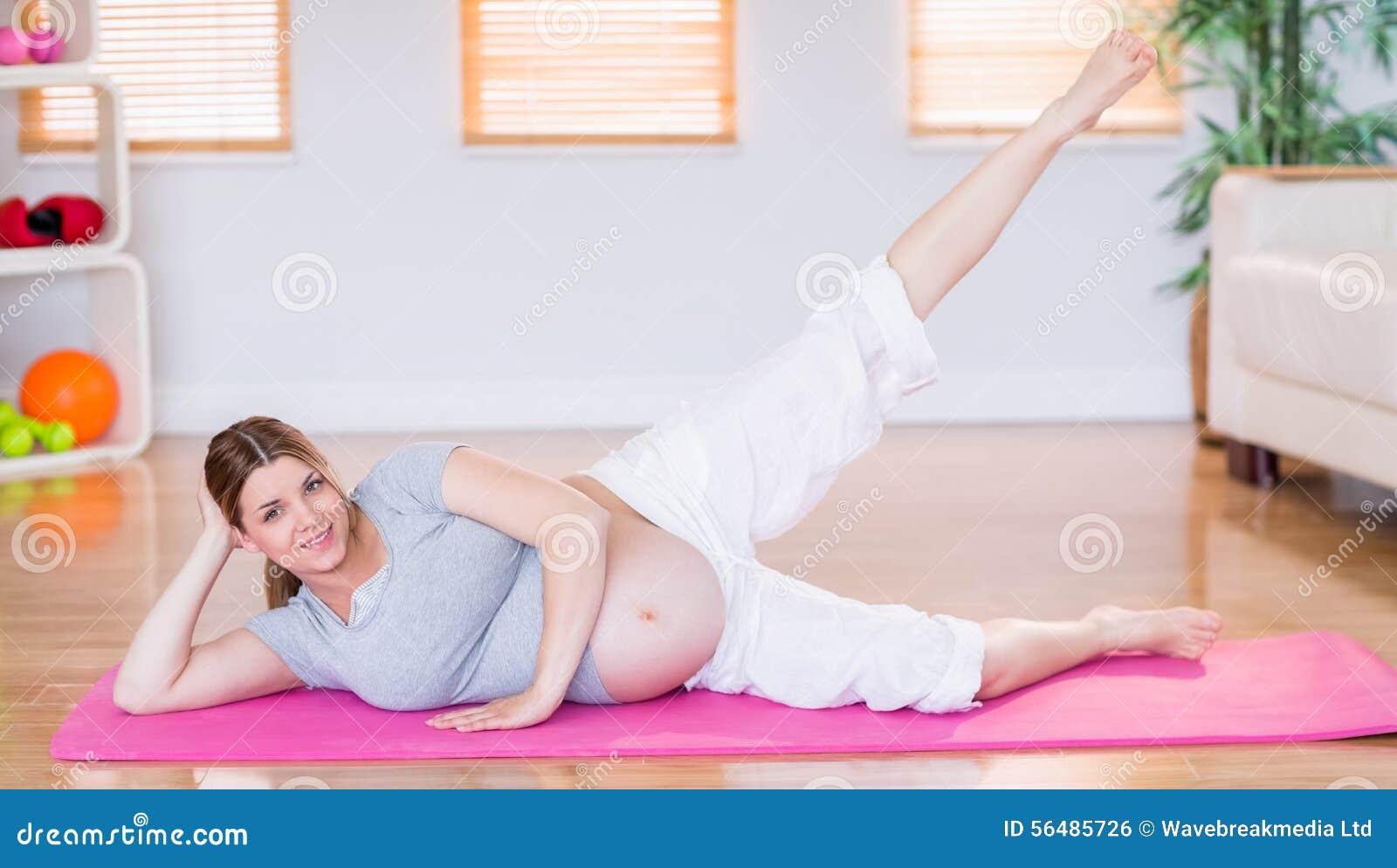 Femme enceinte faisant l exercice sur le tapis d exercice
