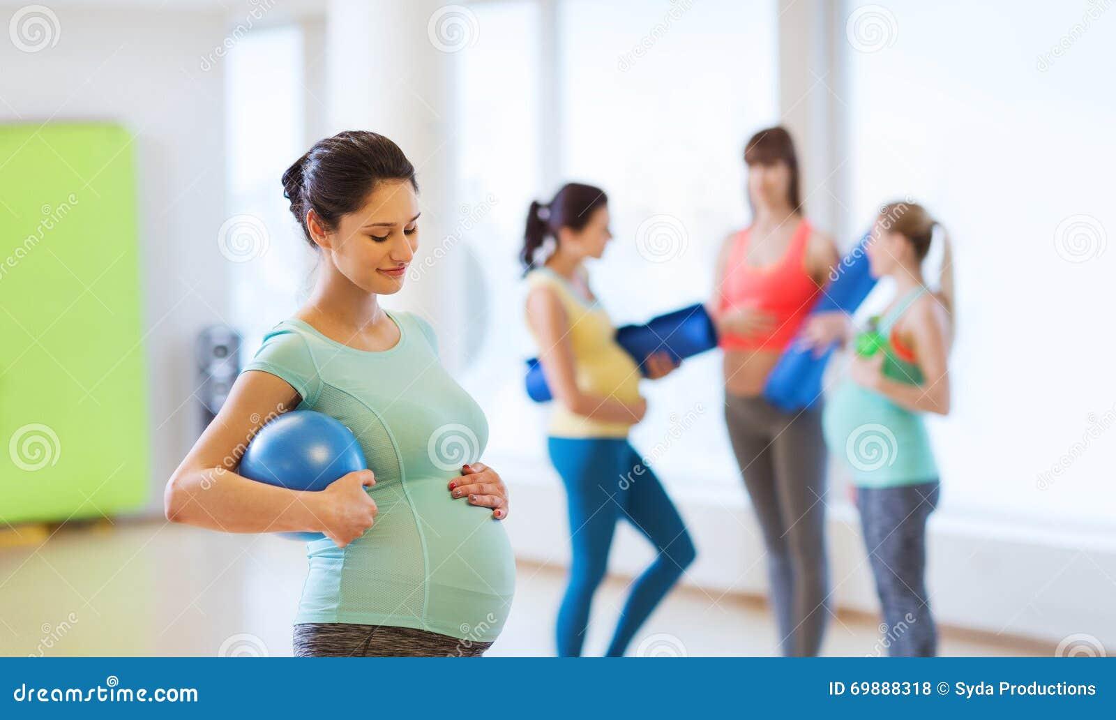 femme enceinte heureuse avec la boule dans le gymnase photo stock image 69888318. Black Bedroom Furniture Sets. Home Design Ideas