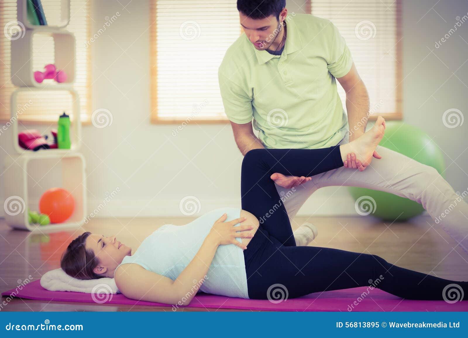 Femme enceinte obtenant le massage de détente