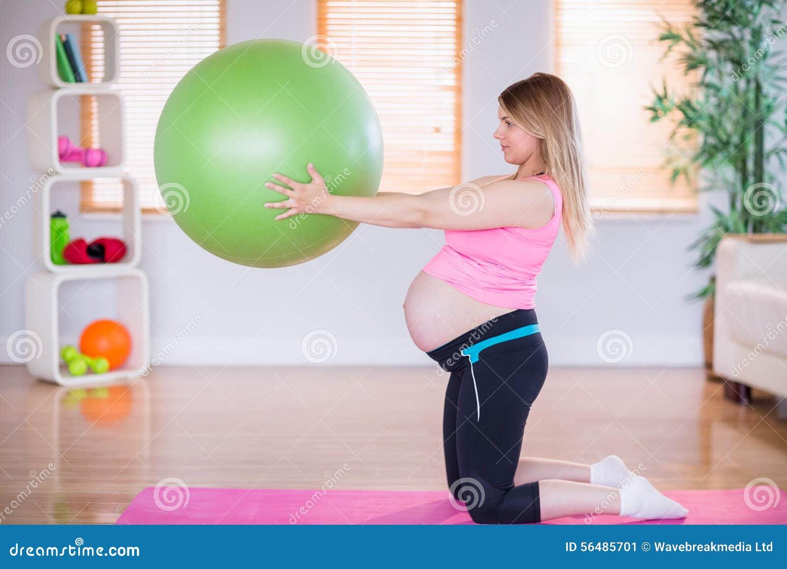 Femme enceinte tenant la boule d exercice