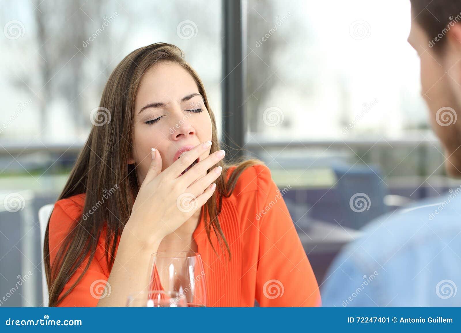 Femme ennuyée dans une mauvaise date