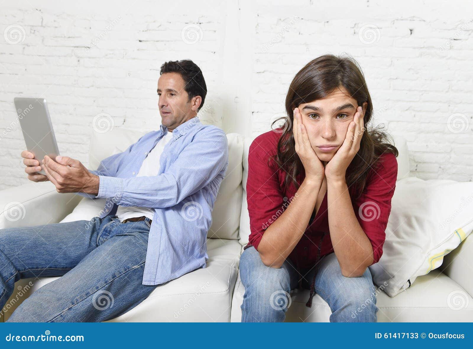 Femme ennuyée et frustrée ignoré tandis que mari ou ami d intoxiqué d Internet employant la mise en réseau numérique de comprimé