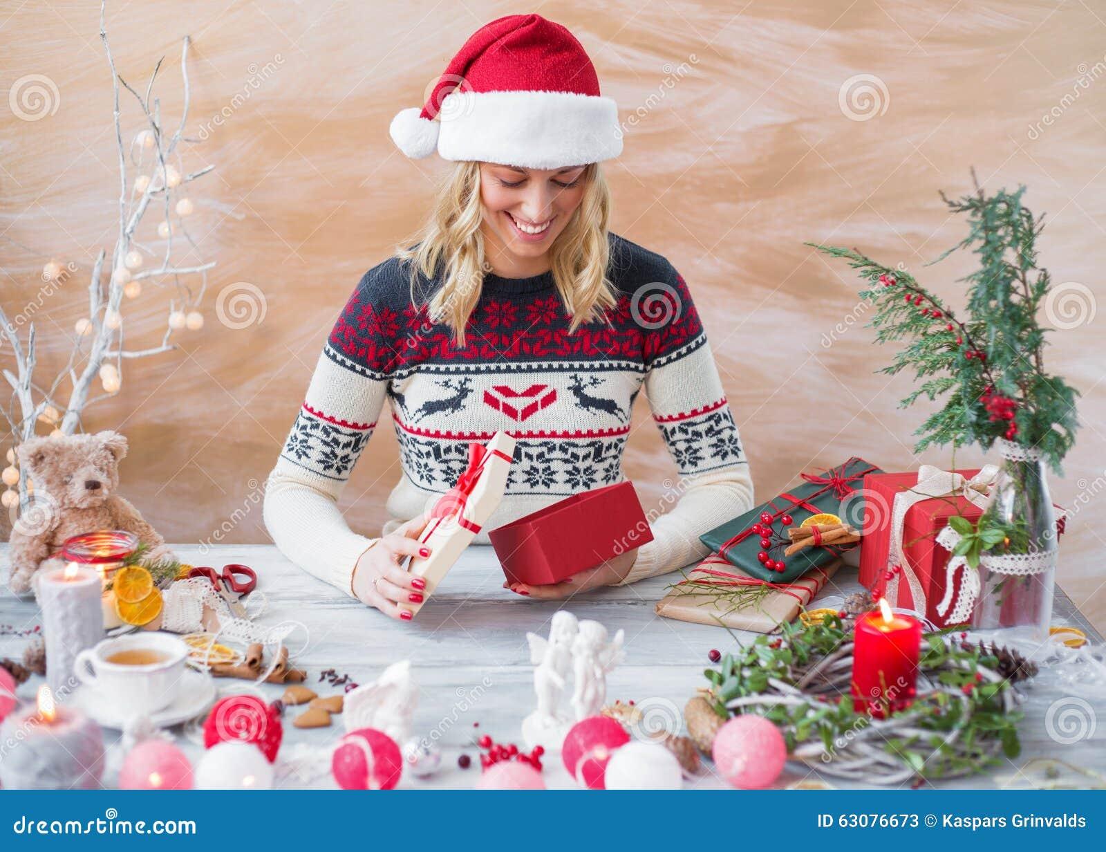 Download Femme Enveloppant La Boîte De Cadeau De Noël Image stock - Image du cadre, photo: 63076673