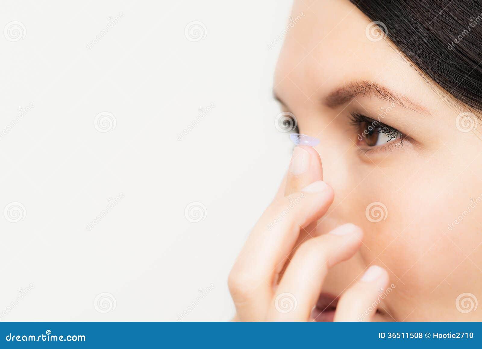 Femme environ pour placer un verre de contact dans son oeil