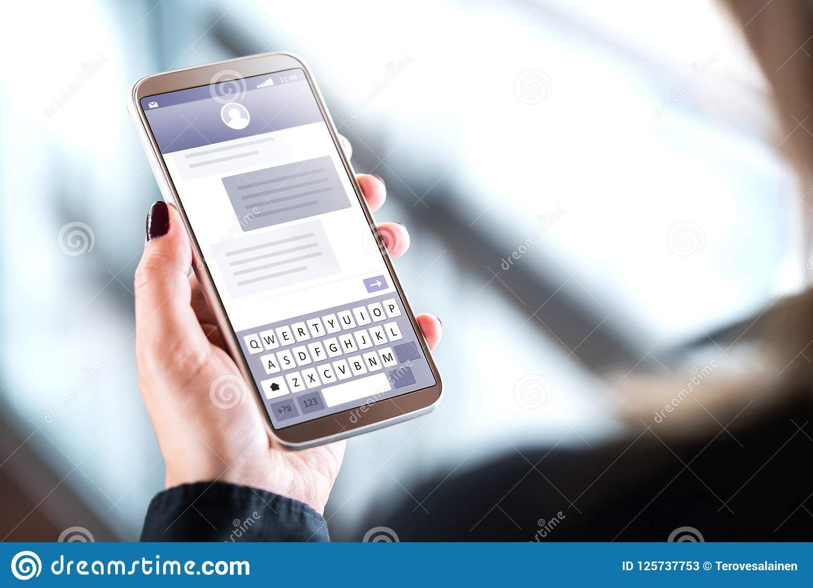 Femme envoyant des message textuels avec le téléphone portable