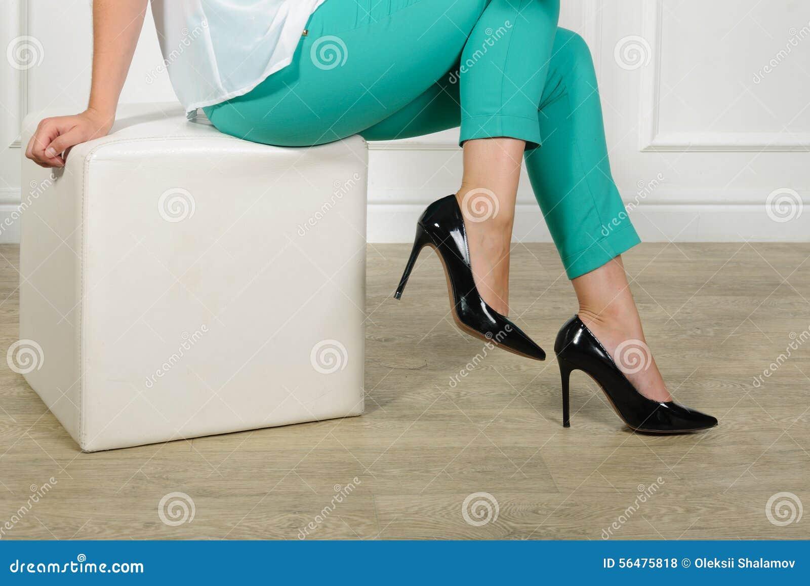 Femme essayant sur des chaussures dans une mémoire