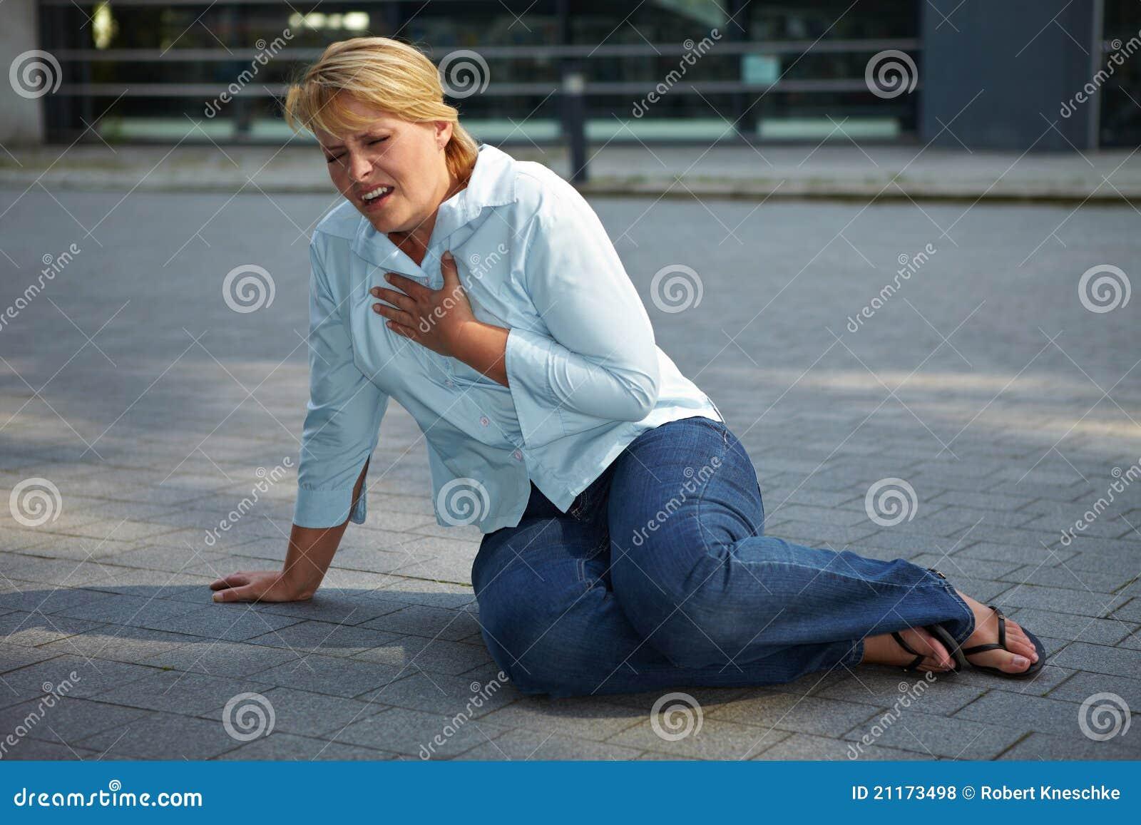 Femme essoufflé sur le trottoir