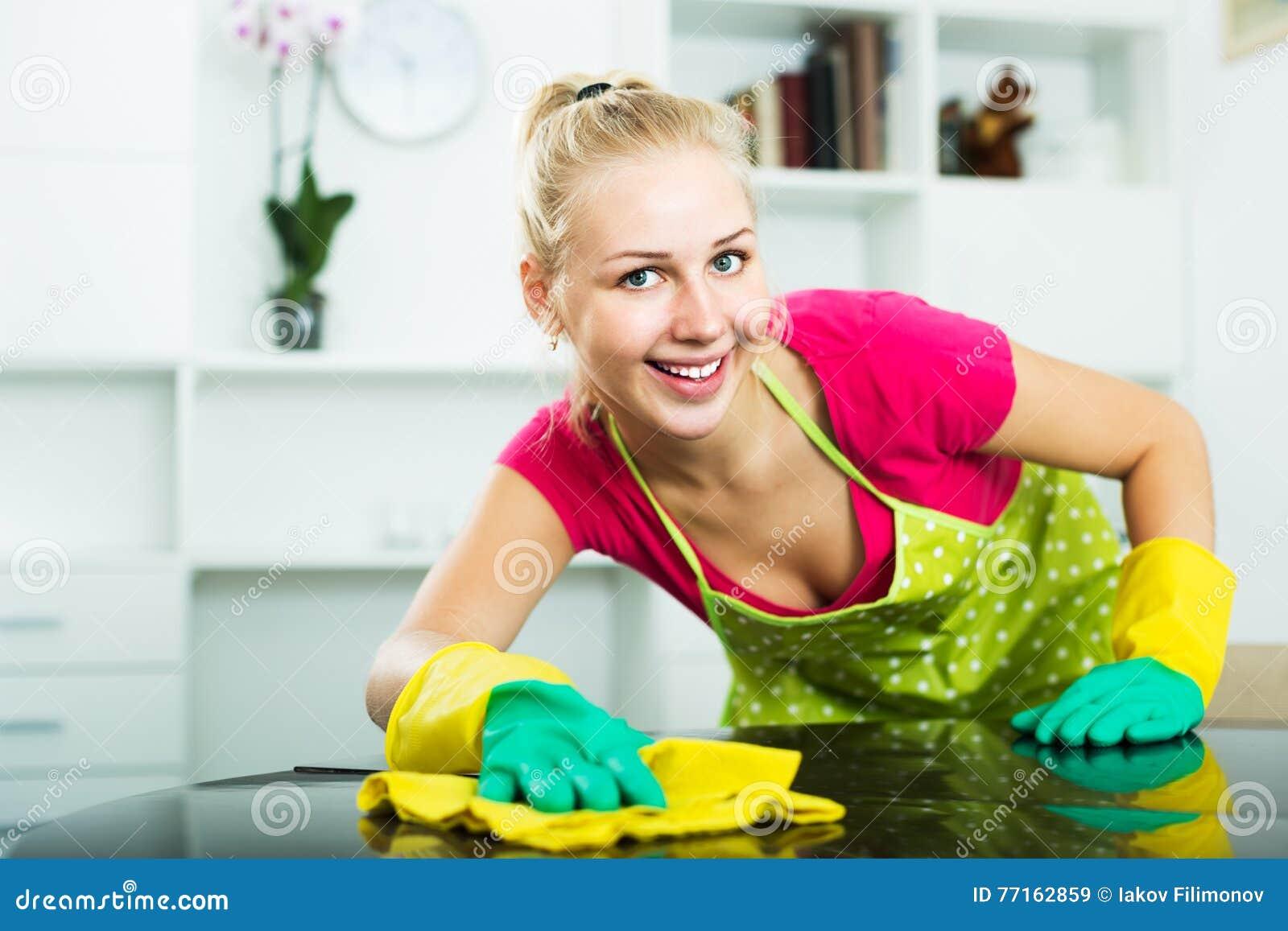 Femme essuyant des surfaces à l intérieur