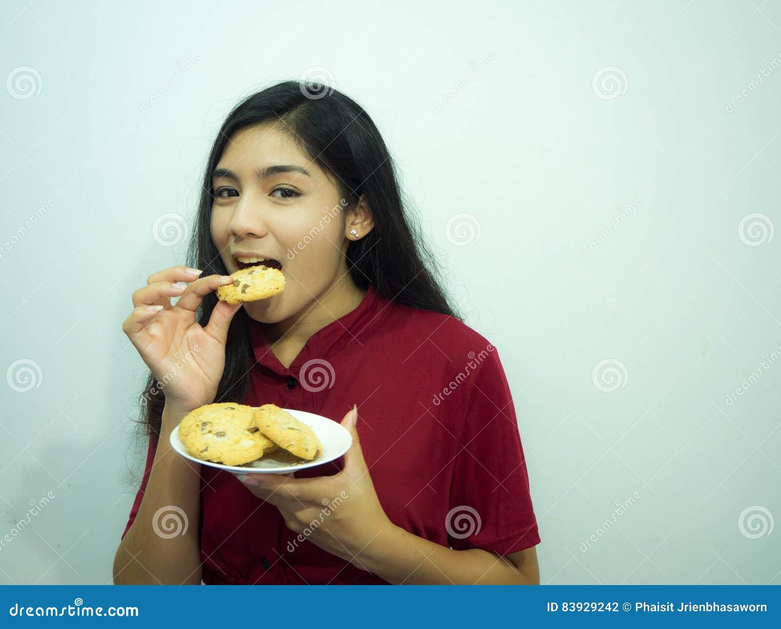 Femme et biscuits asiatiques