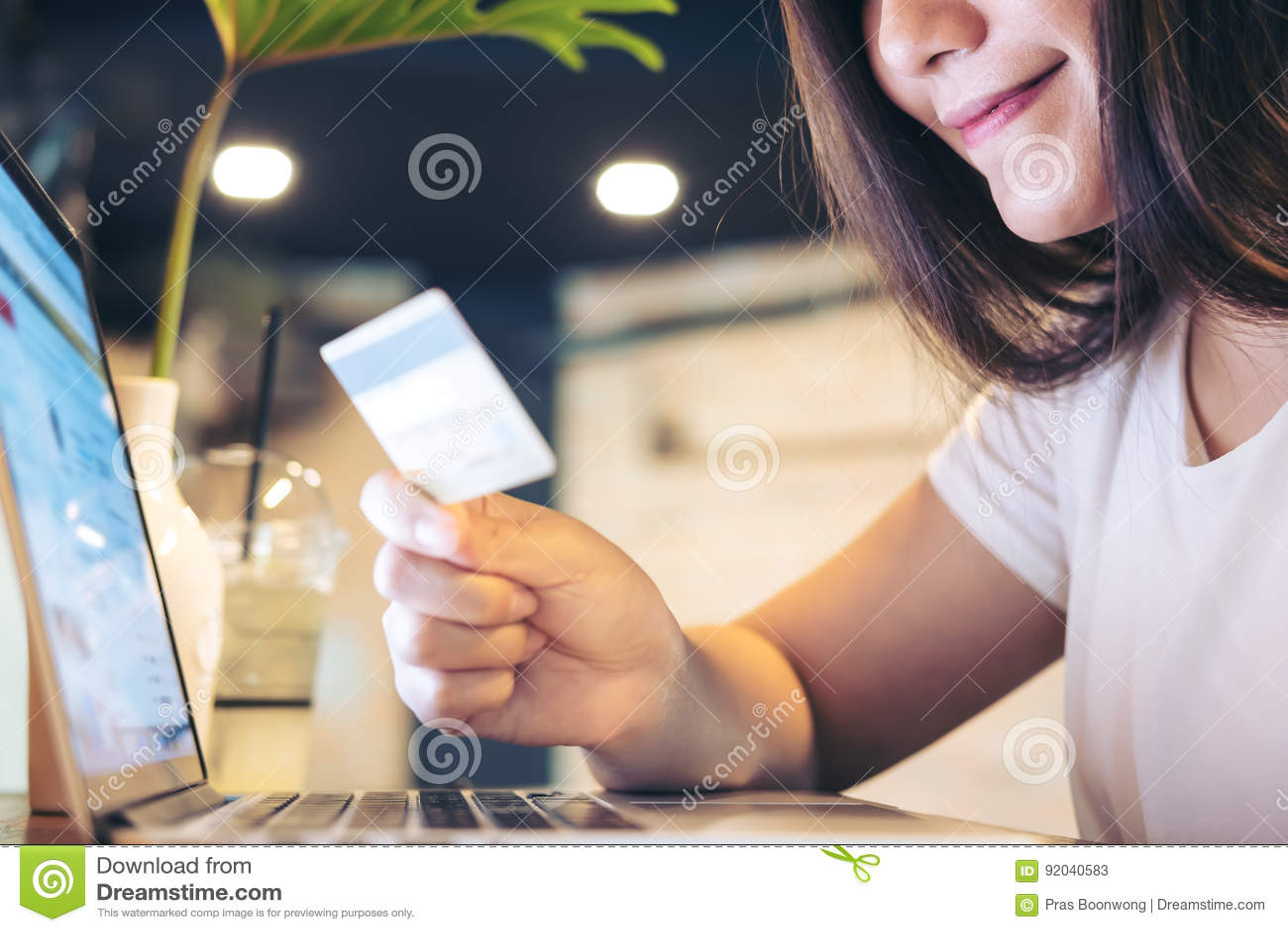 Femme et carte de crédit