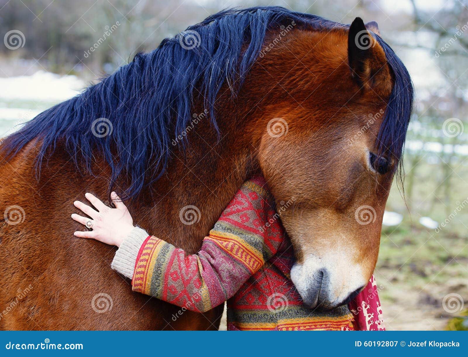 Femme et cheval de portrait dans extérieur étreindre de femme
